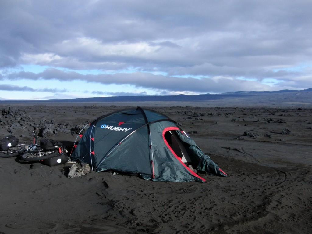 Zelten in der Lavawüste wenige hundert Meter von der Ausbruchstelle entfernt.
